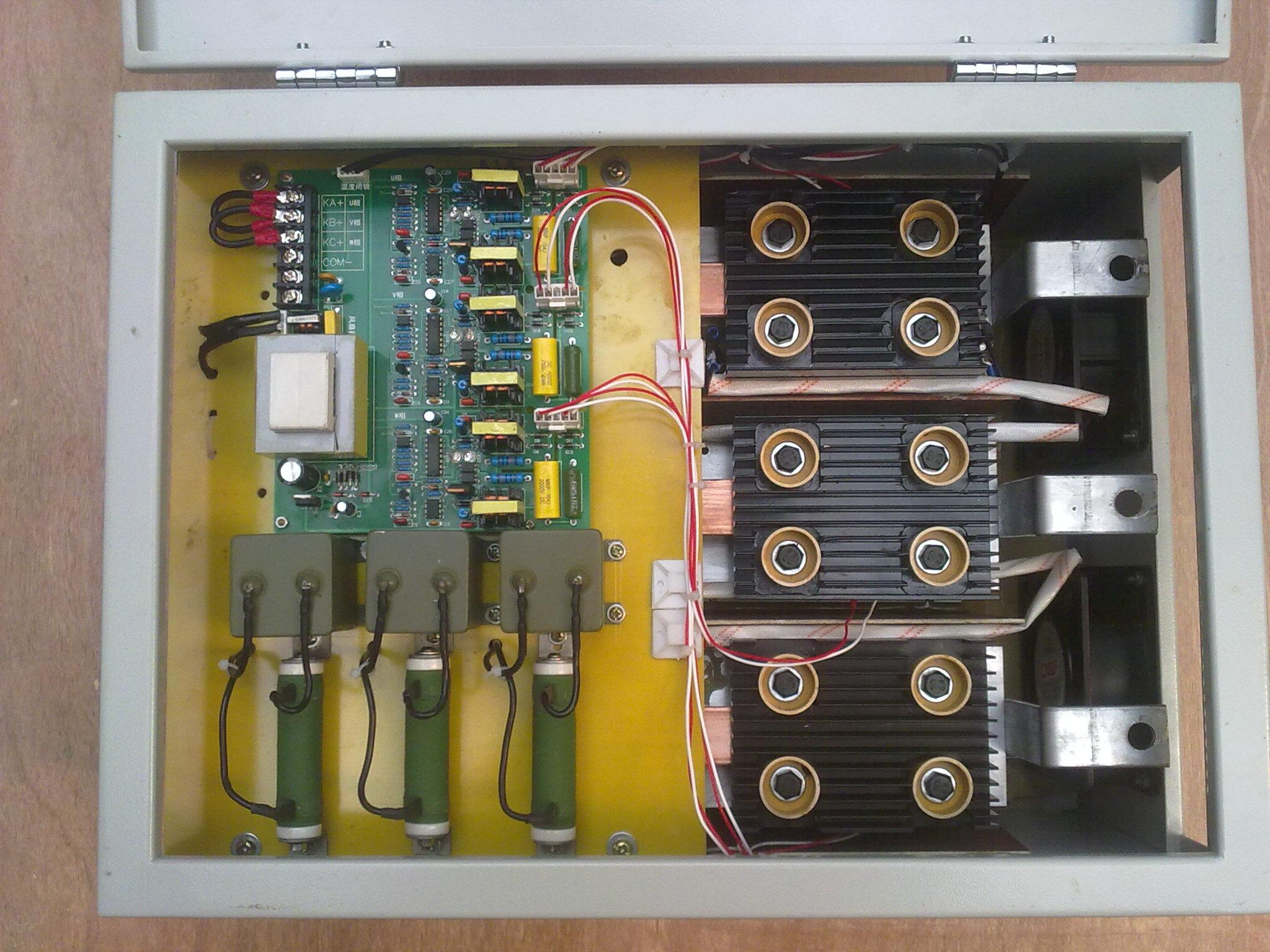 一、概述 KF-KG系列大功率无触点开关是一种智能化的控制执行部件,被广泛用于电容器组、L-C滤波器组的快速频繁投切。特别适合一些负荷变化快、波动频繁、要求比较高的现  该产品是无机械触点的电子开关,可跟踪负载电流变化,对电力电容器组采用过零快速投切,具有投入无涌流、切除无过压、无电弧重燃、无噪音、响应时间快、使用寿命长、维修量 善捣蓖肚械忍氐恪2揖弑腹?